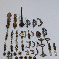 Antigüedades: PRECIOSO LOTE DE 39 TIRADORES DE PUERTAS. Lote 214946943