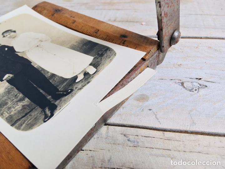 Antigüedades: CURIOSA GUILLOTINA PARA FOTOS MINI CIZALLA DE MADERA Y CUCHILLA DE HIERRO N1 KODAK TRIMMING BOARD - Foto 2 - 214960357