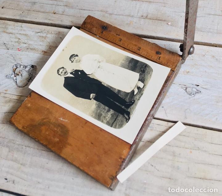 Antigüedades: CURIOSA GUILLOTINA PARA FOTOS MINI CIZALLA DE MADERA Y CUCHILLA DE HIERRO N1 KODAK TRIMMING BOARD - Foto 3 - 214960357