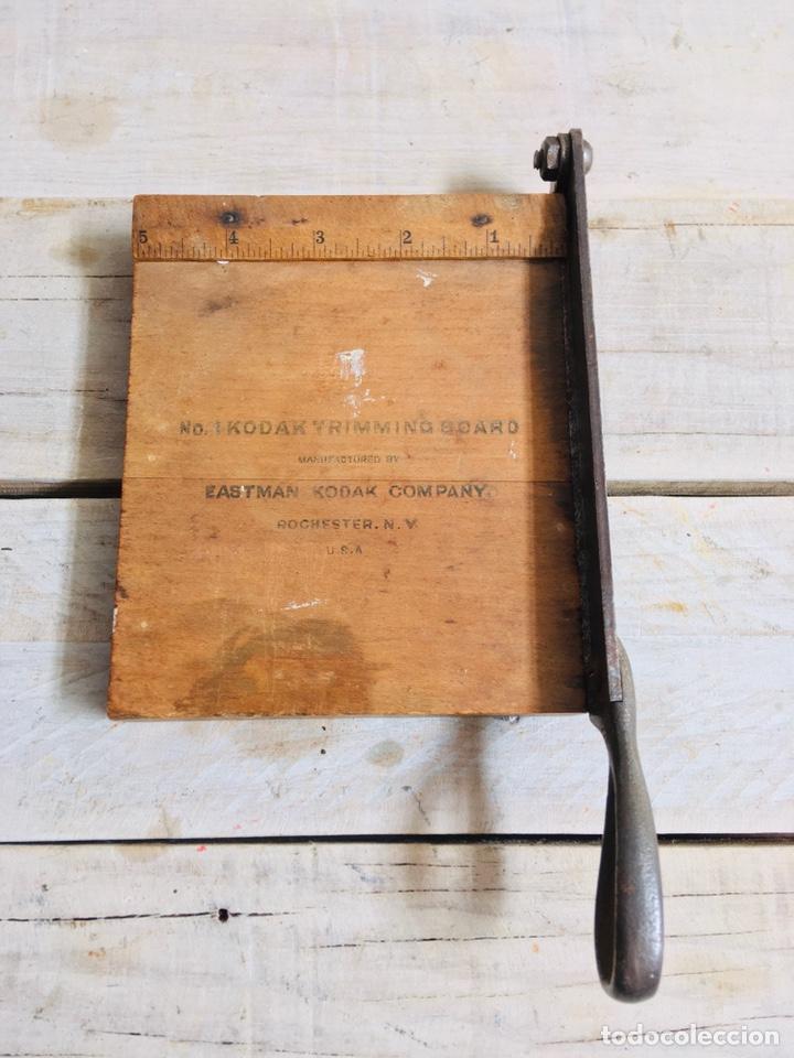 Antigüedades: CURIOSA GUILLOTINA PARA FOTOS MINI CIZALLA DE MADERA Y CUCHILLA DE HIERRO N1 KODAK TRIMMING BOARD - Foto 4 - 214960357