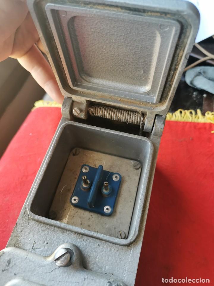 Antigüedades: Enchufe doble electricidad-telefono. RENFE, años 70-80 - Foto 6 - 215136265