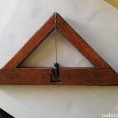 Antigüedades: MUY ANTIGUO NIVEL DE TRIÁNGULO Ó ARCHIPÉNDULO - CON INICIALES: A, B - MED: 65 CM X 43 X 43 -PJRB. Lote 215171288