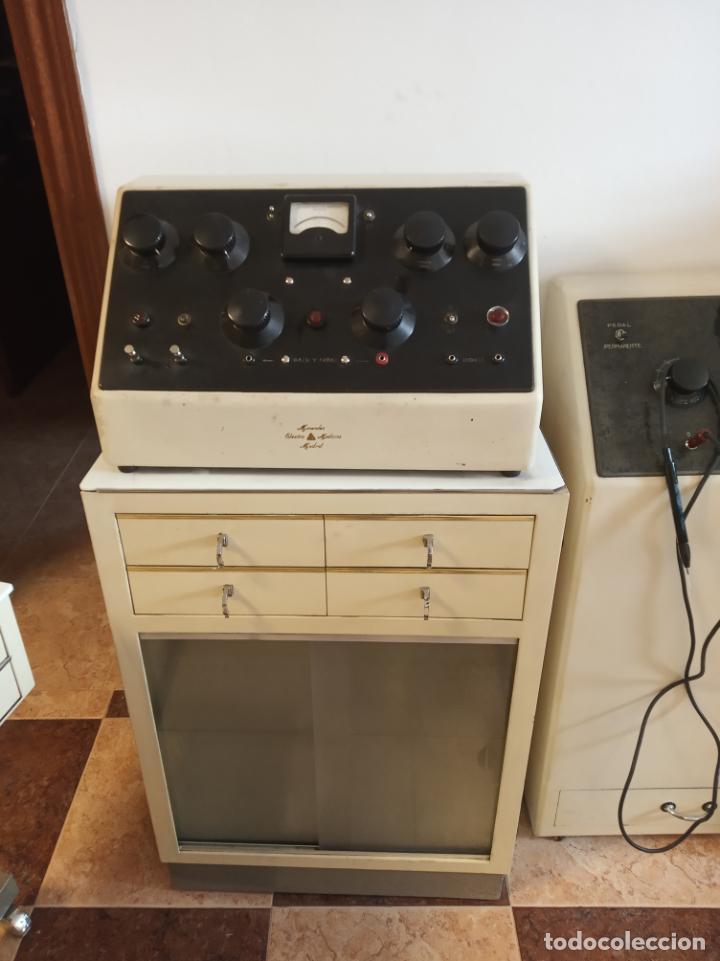 Antigüedades: Maquinaria y mobiliario de consulta de otorrinolaringólogo. Audímetro, cortelectrón, armarios, mesa. - Foto 2 - 215237870