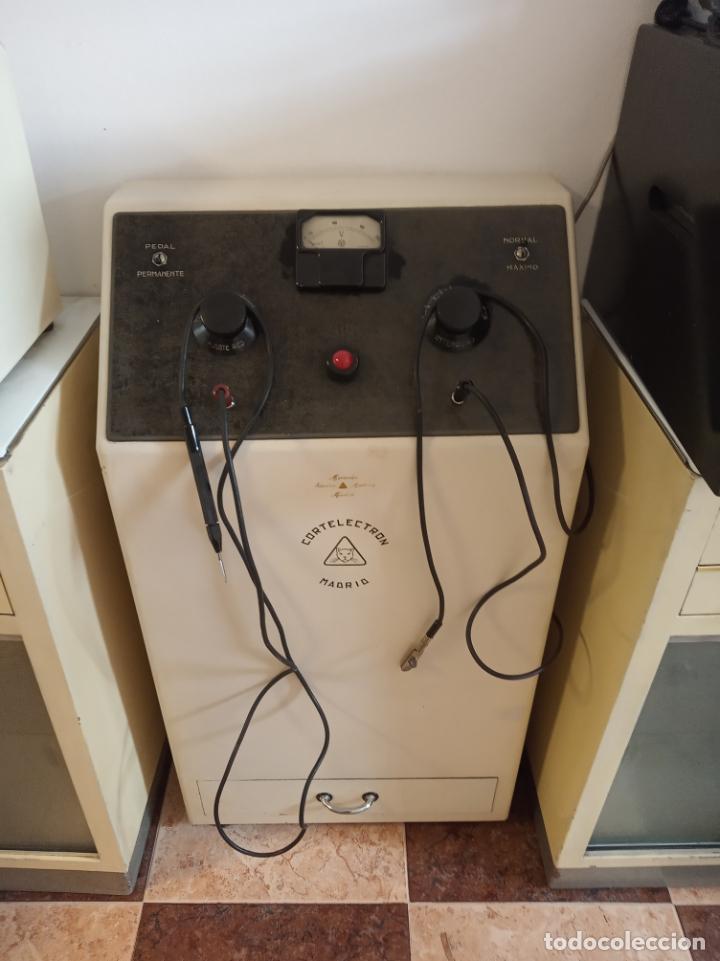 Antigüedades: Maquinaria y mobiliario de consulta de otorrinolaringólogo. Audímetro, cortelectrón, armarios, mesa. - Foto 3 - 215237870