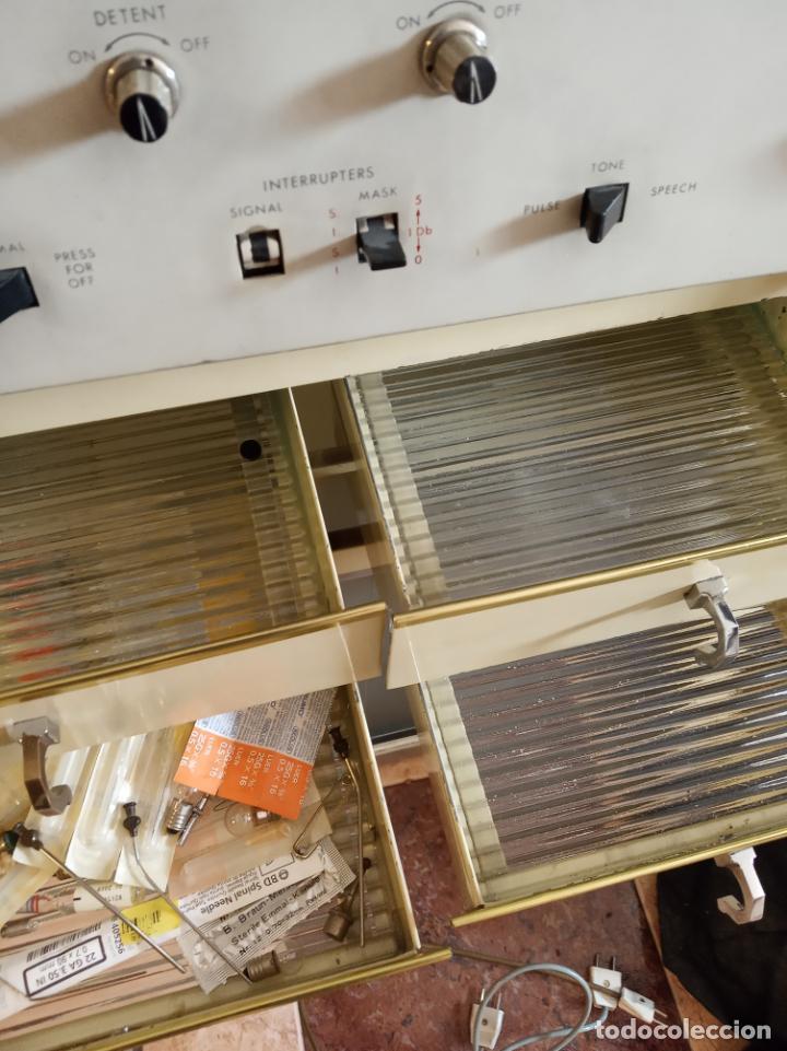 Antigüedades: Maquinaria y mobiliario de consulta de otorrinolaringólogo. Audímetro, cortelectrón, armarios, mesa. - Foto 10 - 215237870