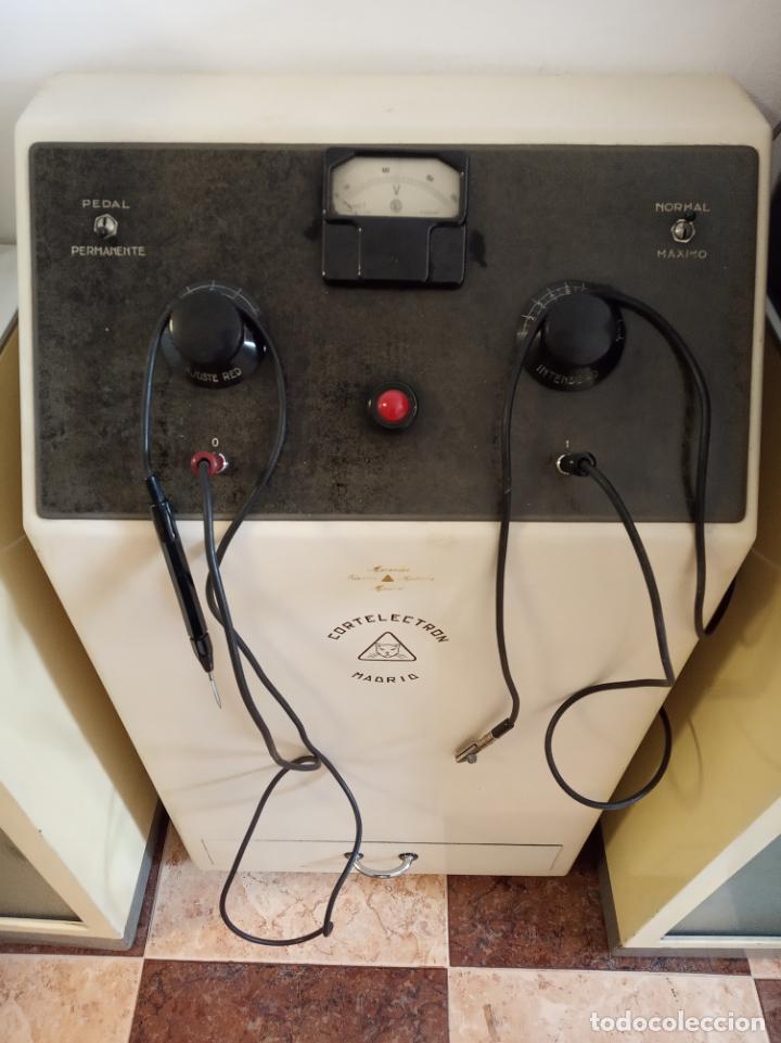 Antigüedades: Maquinaria y mobiliario de consulta de otorrinolaringólogo. Audímetro, cortelectrón, armarios, mesa. - Foto 11 - 215237870
