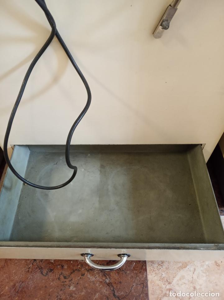 Antigüedades: Maquinaria y mobiliario de consulta de otorrinolaringólogo. Audímetro, cortelectrón, armarios, mesa. - Foto 13 - 215237870