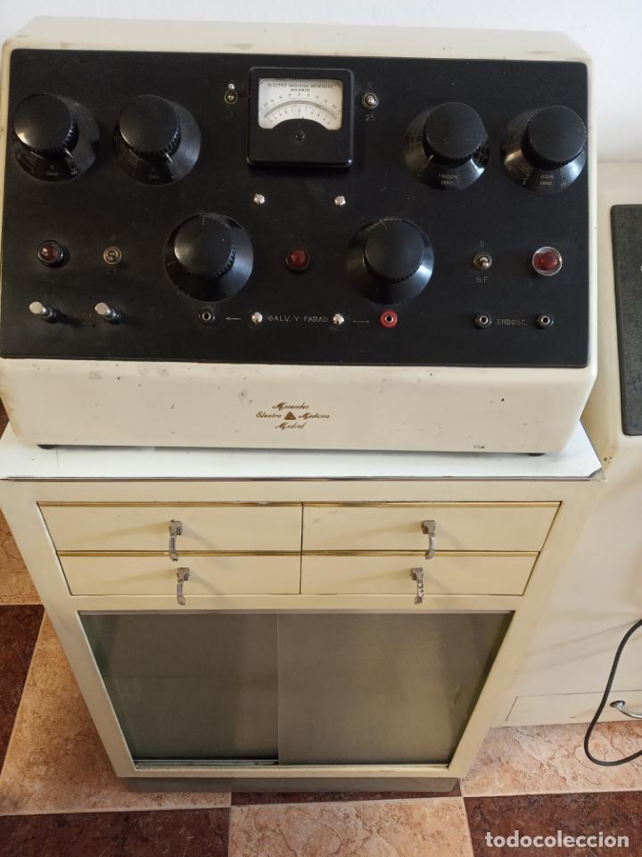 Antigüedades: Maquinaria y mobiliario de consulta de otorrinolaringólogo. Audímetro, cortelectrón, armarios, mesa. - Foto 14 - 215237870