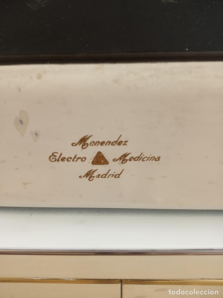 Antigüedades: Maquinaria y mobiliario de consulta de otorrinolaringólogo. Audímetro, cortelectrón, armarios, mesa. - Foto 15 - 215237870