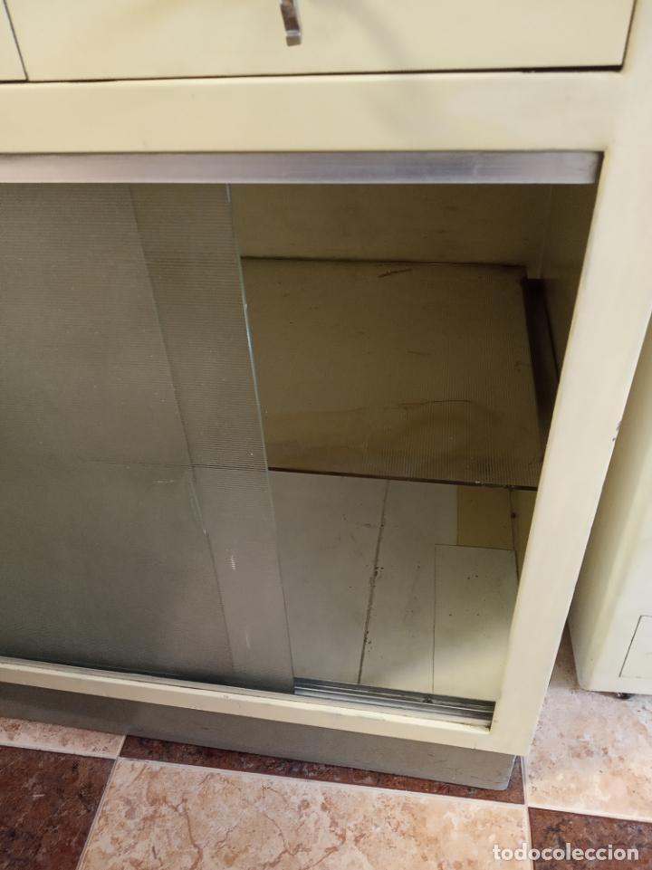 Antigüedades: Maquinaria y mobiliario de consulta de otorrinolaringólogo. Audímetro, cortelectrón, armarios, mesa. - Foto 17 - 215237870