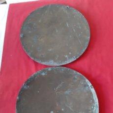 Antigüedades: PAREJA DE PLATOS DE BRONCE PARA ROMANA CON CADENAS. Lote 215372781