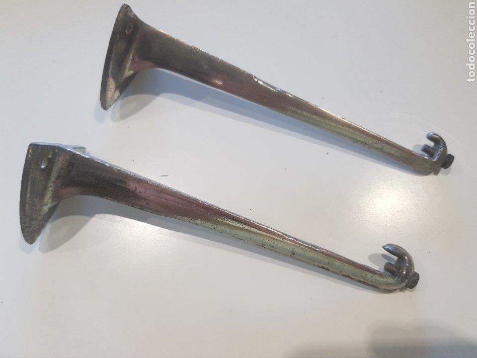 LOTE 2 SOPORTES PARA ESTANTERÍAS ,METAL ESMALTADO , AÑOS 1930-40 (Antigüedades - Técnicas - Cerrajería y Forja - Aldabas Antiguas)