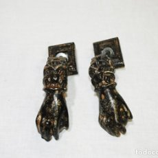 Antigüedades: PAREJA DE LLAMADORES ANTIGUOS ALDABAS DE HIERRO FUNDIDO. Lote 215463823