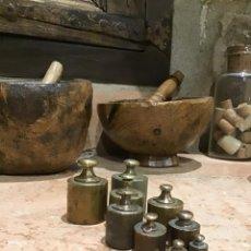 Antigüedades: LOTE DE NUEVE PESAS DE BRONCE ANTIGUAS PARA BALANZA DE PLATOS, DE 200 A 10 GRAMOS.. Lote 215471720
