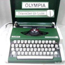 Antigüedades: PERFECTA¡¡ OLYMPIA TRAVELLER DE LUXE -COLOR VERDE CON Ñ- MAQUINA DE ESCRIBIR 1972/73 - OLIMPIA. Lote 215709852