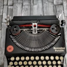 Antigüedades: MAQUINA DE ESCRIBIR REMINGTON PORTABLE DE 1930 TYPEWRITER SCHREIBMASCHINE CON SU ESTUCHE. Lote 215751251