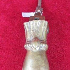Antigüedades: ALDABA LLAMADOR EN FORMA DE MANO EN BRONCE. Lote 215978926