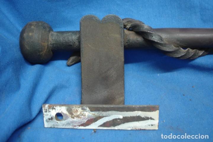 Antigüedades: TIRADORES DE HIERRO CON EL SÍMBOLO DE LA SERPIENTE PARA PUERTA DE FARMACIA - Foto 13 - 216376970
