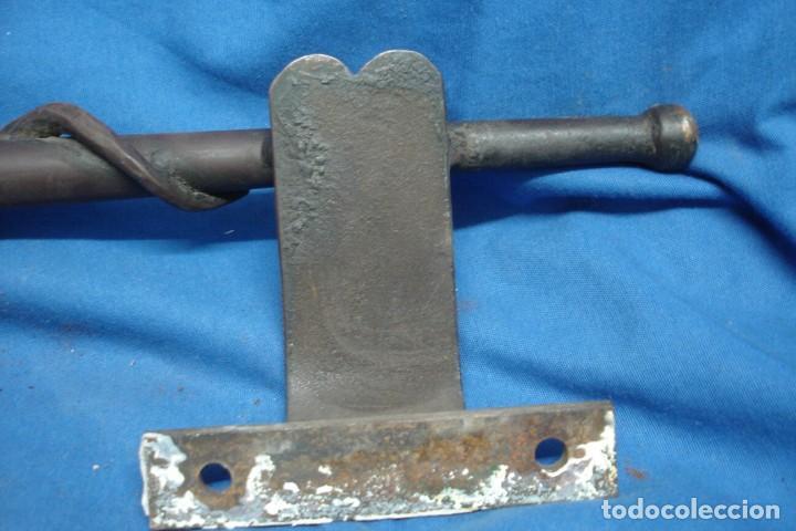 Antigüedades: TIRADORES DE HIERRO CON EL SÍMBOLO DE LA SERPIENTE PARA PUERTA DE FARMACIA - Foto 15 - 216376970