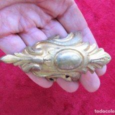 Antigüedades: EMBELLECEDOR EN BRONCE EN ESCUADRA PARA MUEBLE ANTIGUO, PIEZA RECUPERADA.. Lote 216454191