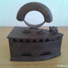 Antigüedades: ANTIGUA PLANCHA CARBÓN CIERRE CABEZA LEÓN. Lote 216667633