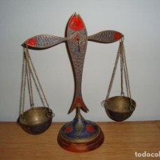 Antigüedades: ANTIGUA BALANZA DECORATIVA POLICROMADA DE BRONCE O LATÓN. Lote 216705590