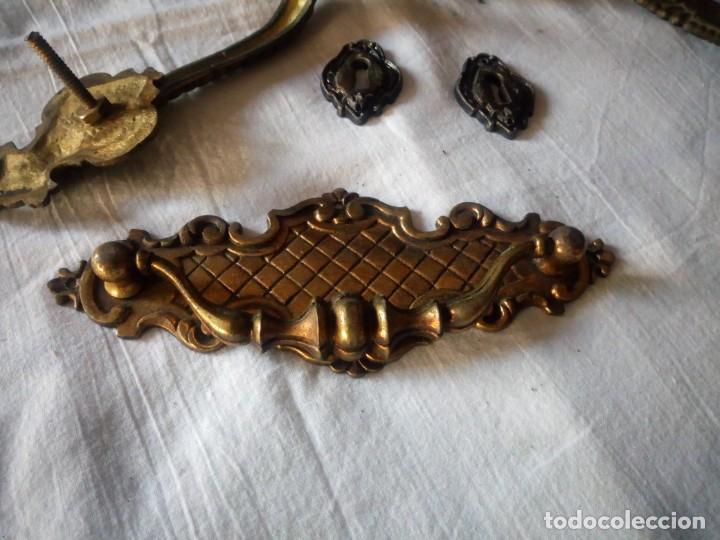 Antigüedades: Lote de tiradores y huecos de llave para muebles de bronce. - Foto 2 - 216865503