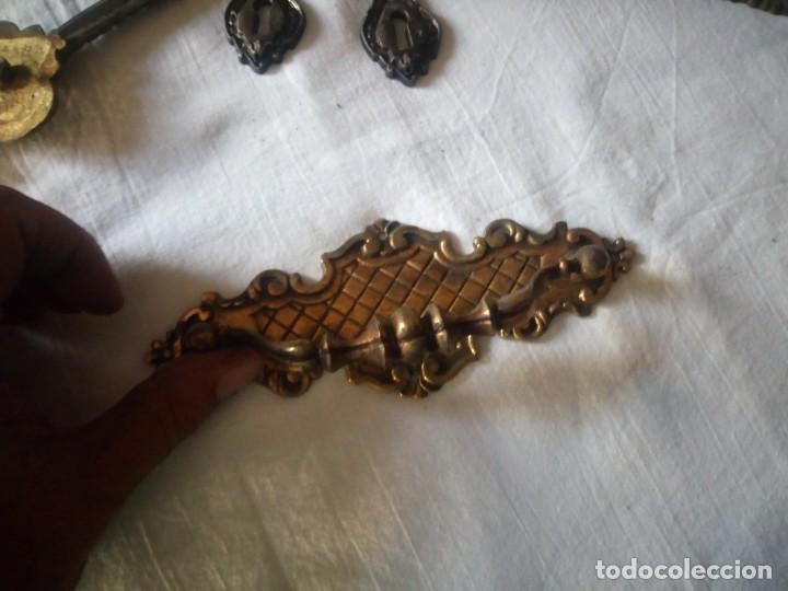 Antigüedades: Lote de tiradores y huecos de llave para muebles de bronce. - Foto 3 - 216865503