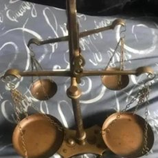 Antigüedades: ANTIGUA BALANZA DOBLE DE BRONCE. Lote 216998403