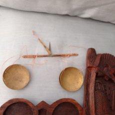 Antigüedades: BALANZA OPIO CON UN GRAN ESTUCHE TALLADO A MANO ,SU MEDIDA ES DE 16 X 7 CM.. Lote 217029105