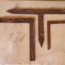 Antigüedades: ESCUADRAS DE HIERRO DE PUERTAS ANTIGUAS. Lote 217074493
