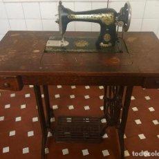 Antigüedades: MAQUINA DE COSER SINGER CON MESA DE MADERA Y PATAS FORJA VINTAGE 1900 FUNCIONA. Lote 217132338