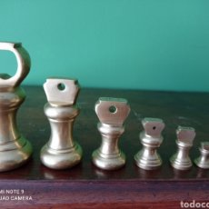 Antiquités: JUEGO DE 7 PESAS EN BRONCE INGLESAS.. Lote 217138727