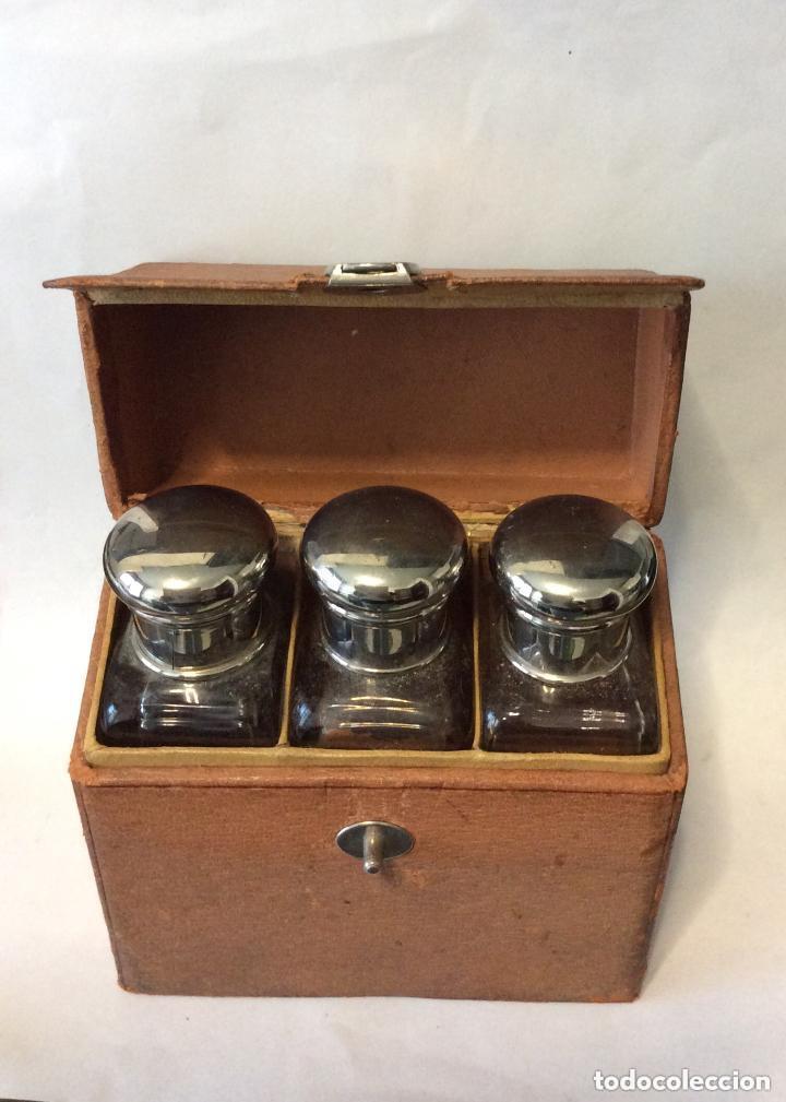 Antigüedades: BARBERÍA ,ESTUCHE CON TRES BOTES DE CRISTAL Altura botellas 11 cm - Foto 3 - 217191425