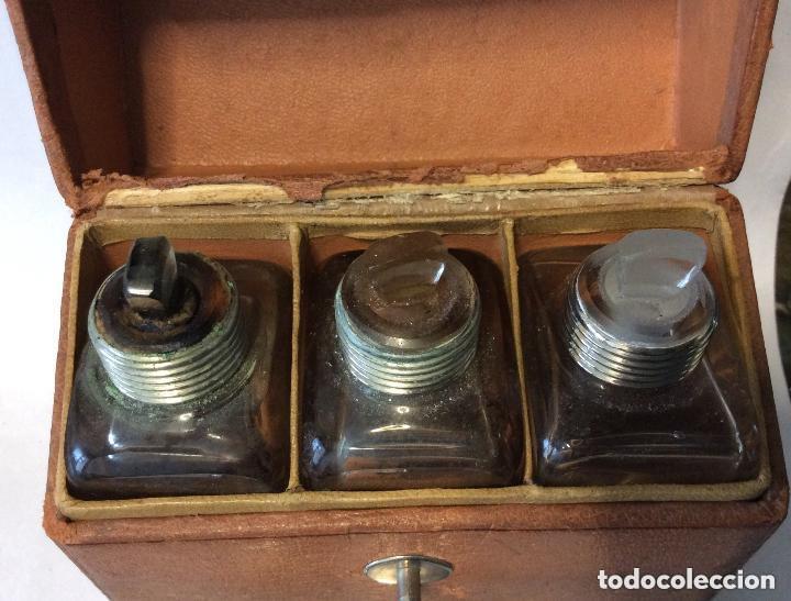 Antigüedades: BARBERÍA ,ESTUCHE CON TRES BOTES DE CRISTAL Altura botellas 11 cm - Foto 6 - 217191425