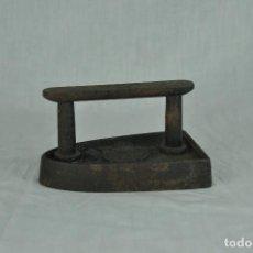 Antigüedades: PLANCHA DE HIERRO CON ESCUDO. Lote 217336040