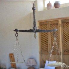 Antigüedades: BALANZA ANTIGUA DE HIERRO CON DETALLES EN BRONCE - INSCRIPCIÓN AÑO 1879 Y PROPIETARIO. Lote 217437481