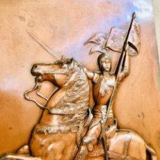 Antigüedades: PLACA ANTIGUA JUANA DE ARCO A CABALLO DE ALEACION DE ZINC Y PATINA DE COBRE CHAPA DECORATIVA. Lote 169773597