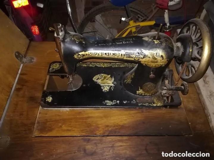 MÁQUINA COSER SINGER CON MUEBLE. ANTIGUA Y BIEN CONSERVADA (Antigüedades - Técnicas - Máquinas de Coser Antiguas - Singer)