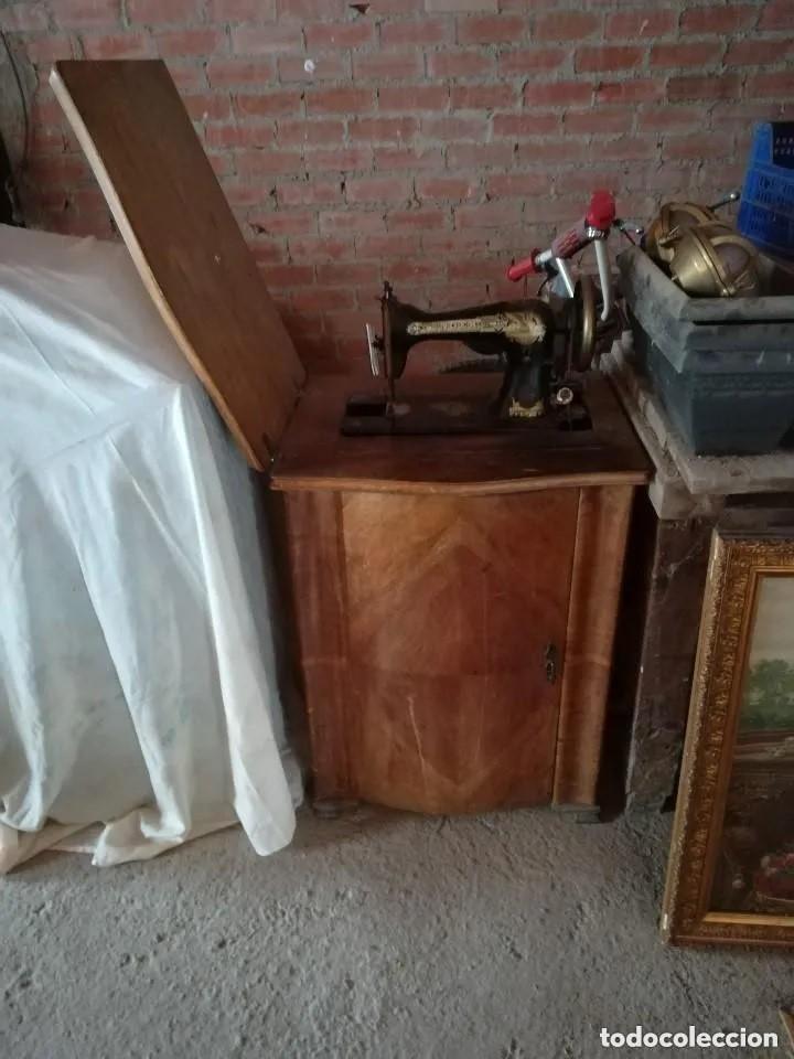 Antigüedades: MÁQUINA COSER SINGER CON MUEBLE. ANTIGUA Y BIEN CONSERVADA - Foto 4 - 217474548
