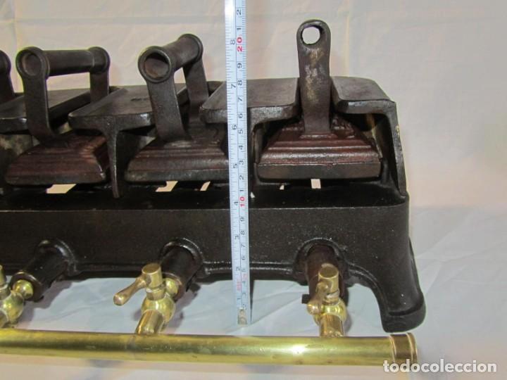 Antigüedades: Calienta planchas de hierro fundido y bronce a gas, completo, con 4 planchas - Foto 5 - 217478718
