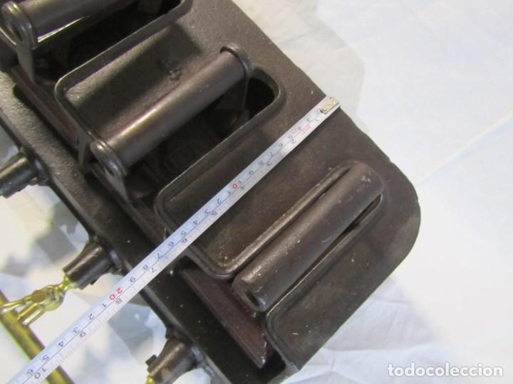 Antigüedades: Calienta planchas de hierro fundido y bronce a gas, completo, con 4 planchas - Foto 7 - 217478718