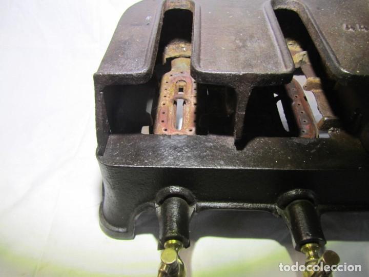 Antigüedades: Calienta planchas de hierro fundido y bronce a gas, completo, con 4 planchas - Foto 12 - 217478718