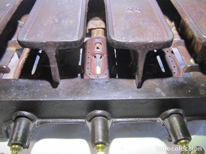 Antigüedades: Calienta planchas de hierro fundido y bronce a gas, completo, con 4 planchas - Foto 13 - 217478718