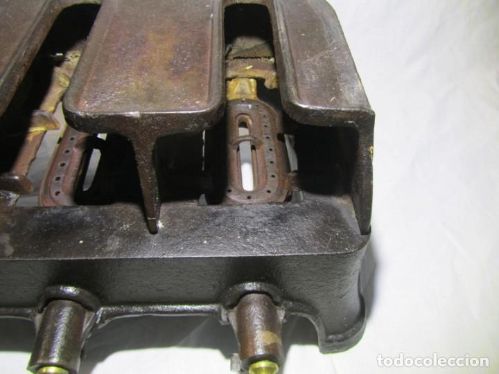 Antigüedades: Calienta planchas de hierro fundido y bronce a gas, completo, con 4 planchas - Foto 15 - 217478718