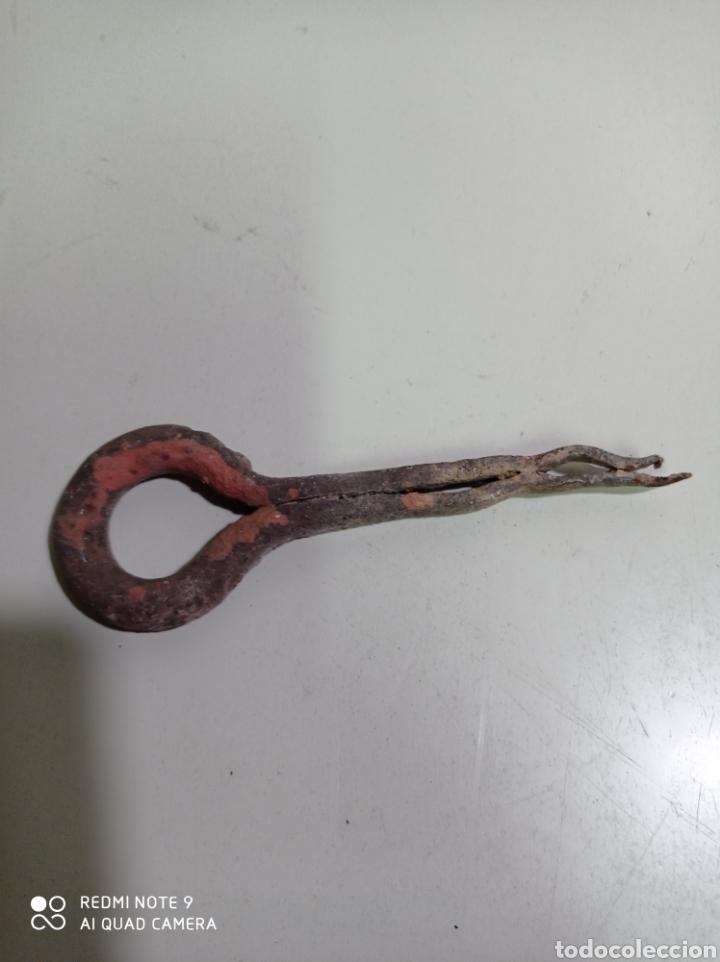 Antigüedades: Pequeña argolla o belorta de hierro forjado, para falcar en pared o puerta. - Foto 2 - 217494563