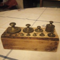 Antigüedades: ANTIGUO JUEGO DE PONDERALES PESOS EN SU CAJA DE MADERA.DESDE 500GR A 5 GR,PARA PESAR ORO Y SIMILARES. Lote 217508026
