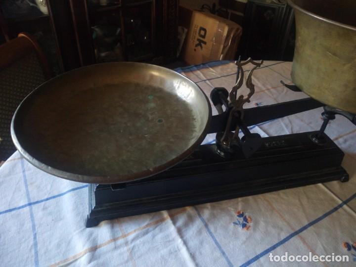 Antigüedades: Antigua balanza de hierro de dos platos de latón de 30 y 31 cm . 20 kg force. Origen Francia - Foto 4 - 217584298
