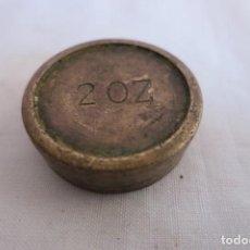 Antigüedades: PESA DE 2 ONZAS LATON. Lote 217766162