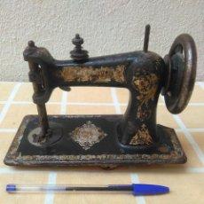Antiquités: RARA MAQUINA DE COSER WERTHEIM LA BASE MIDE 18,5X9 CM.NUMERADA.NO FUNCIONA.TIENE UNA ESQUINA ROTA. Lote 217892918